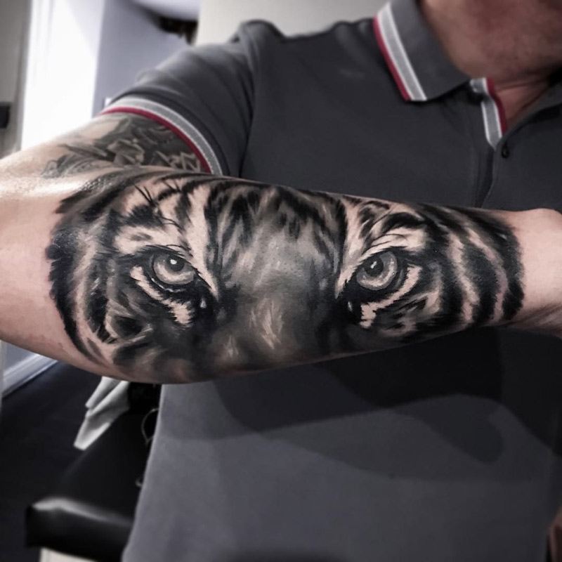 tiger on guy 39 s forearm best tattoo design ideas. Black Bedroom Furniture Sets. Home Design Ideas