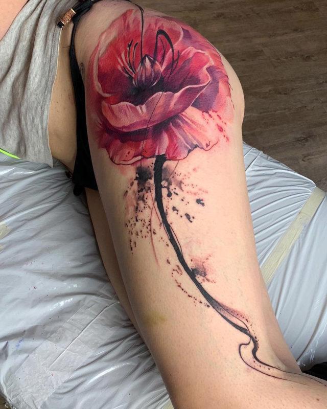 Tatouage de hanche de pavot rose