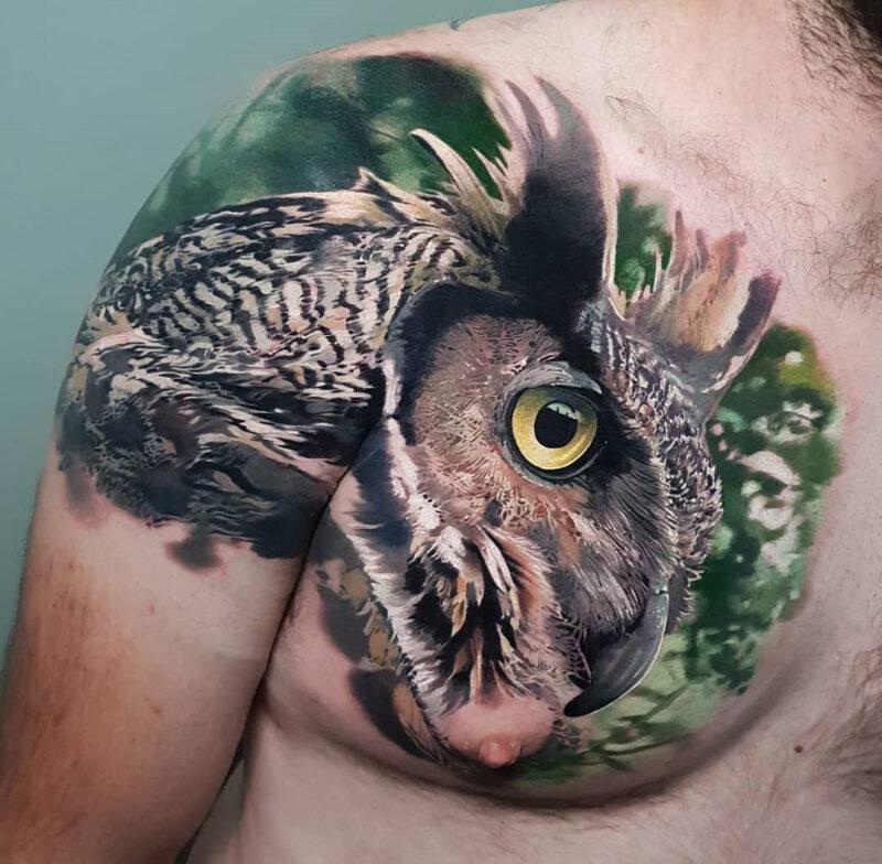 Tatouage de hibou sur l'épaule et la poitrine