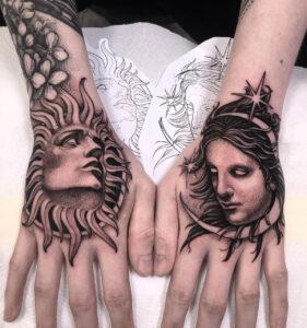 Tatouages de main soleil et lune