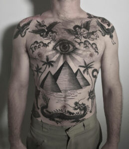 Pyramides et tatouage de dragon